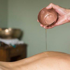 Massage à l'huile de sésame